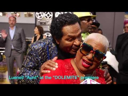 "Luenell carries on at the ""DOLEMITE""  premiere     Funny scene!!!"