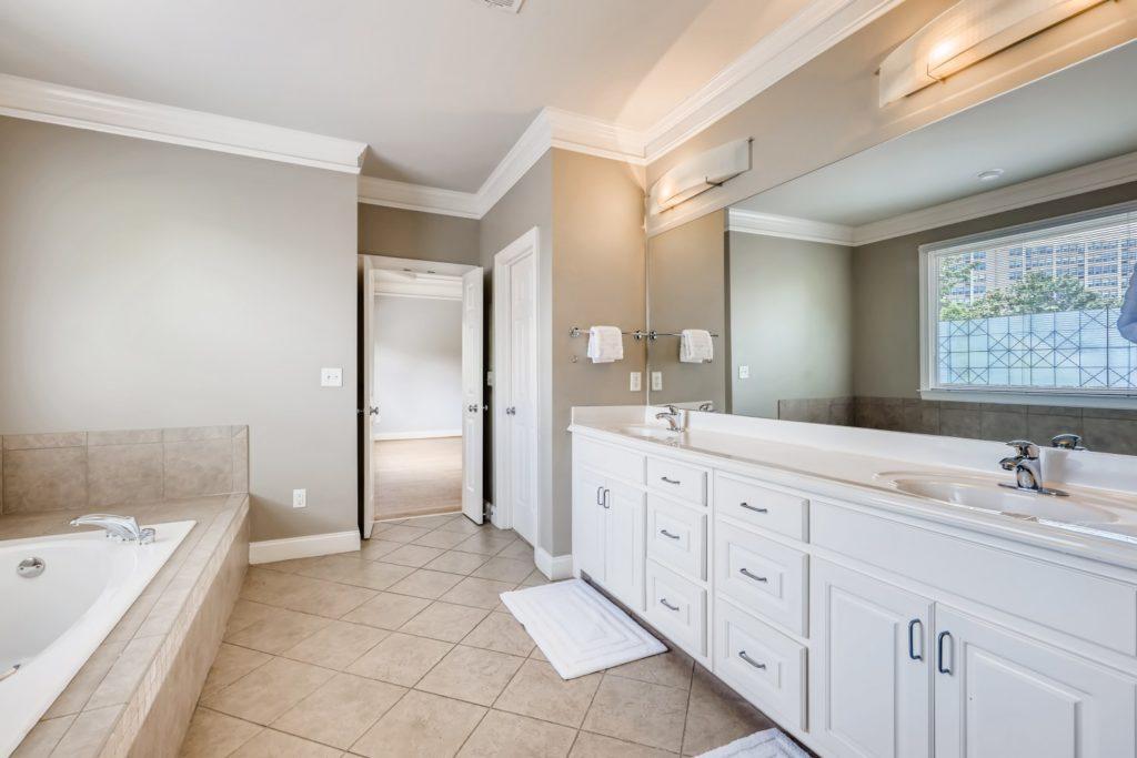 vacant bathroom real estate image - Decatur