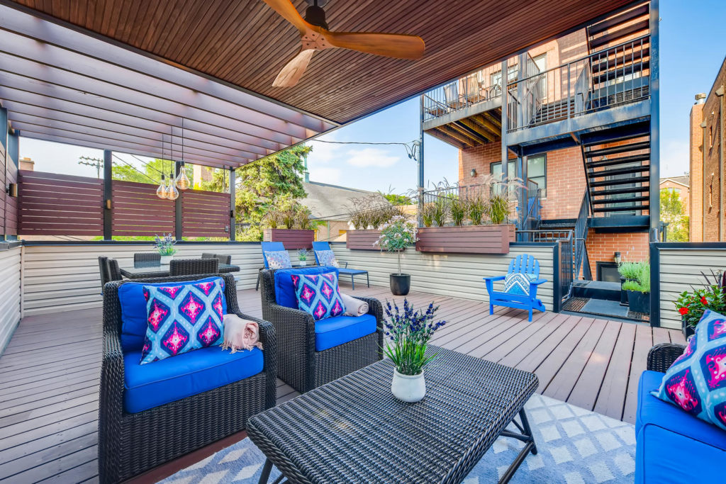 outdoor deck in Chicago - real estate image