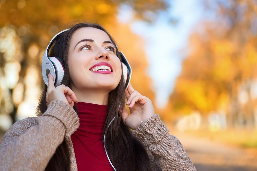 listening-headphones-music-radio-bs-153082049