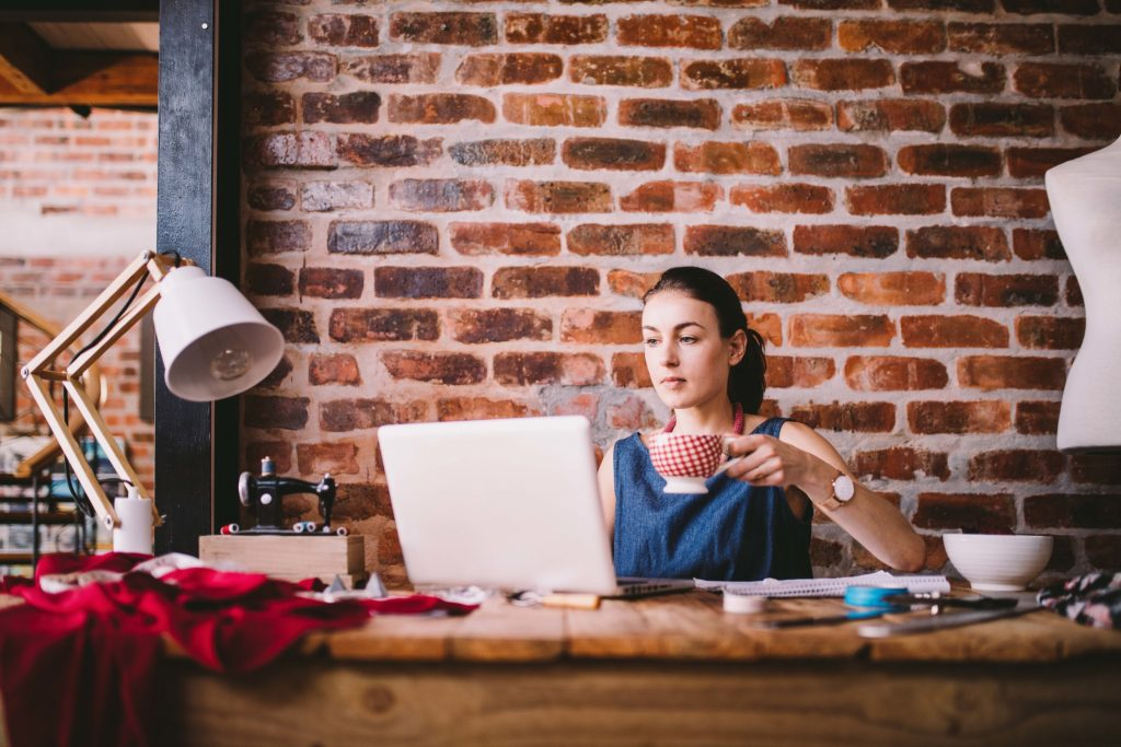 business-coffee-office-businesswoman_t20_GG37be (1)