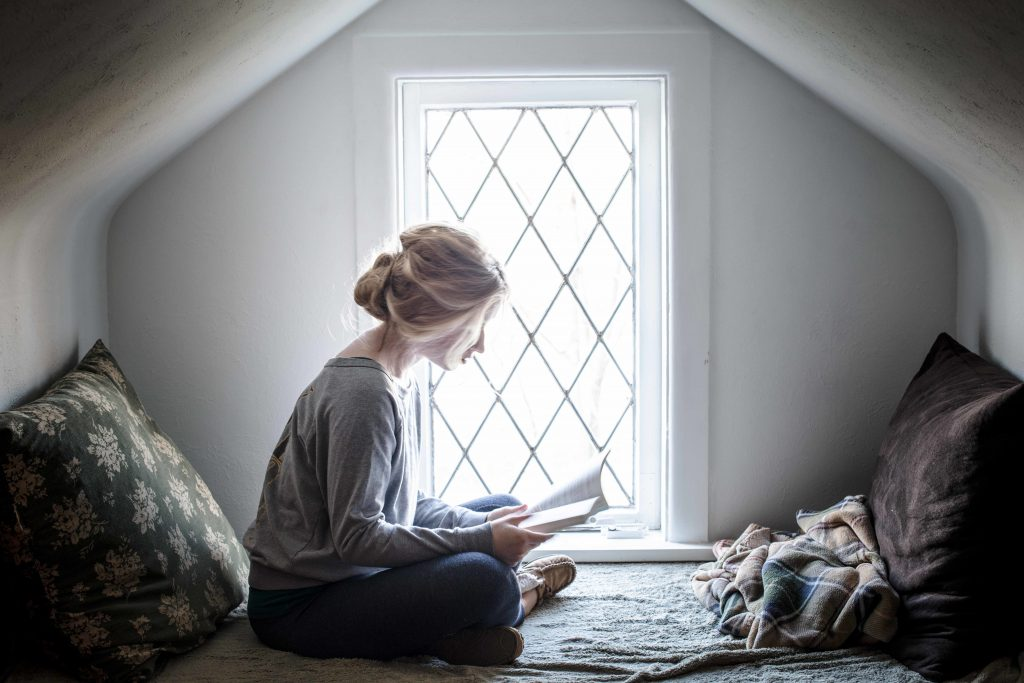 book-girl-bench-reading-woman-hideaway-nook-natural-light-window-seat-cozy_t20_mv8pag