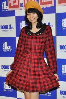 アイドリング!!!5期生の石田佳蓮、キス顔撮影に照れ笑い