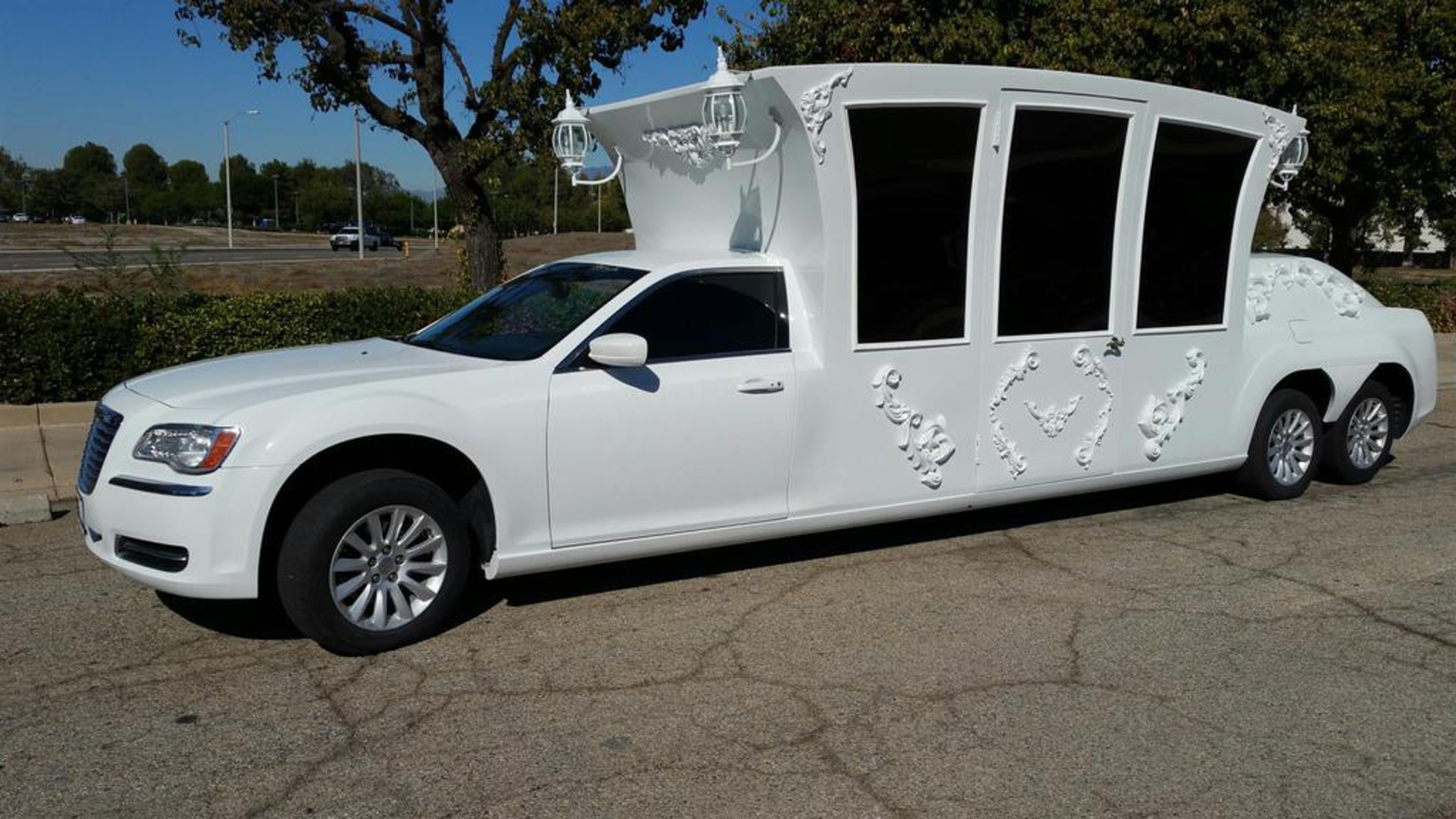 Prom Lovers - Follow These Tips While Hiring Limousine image