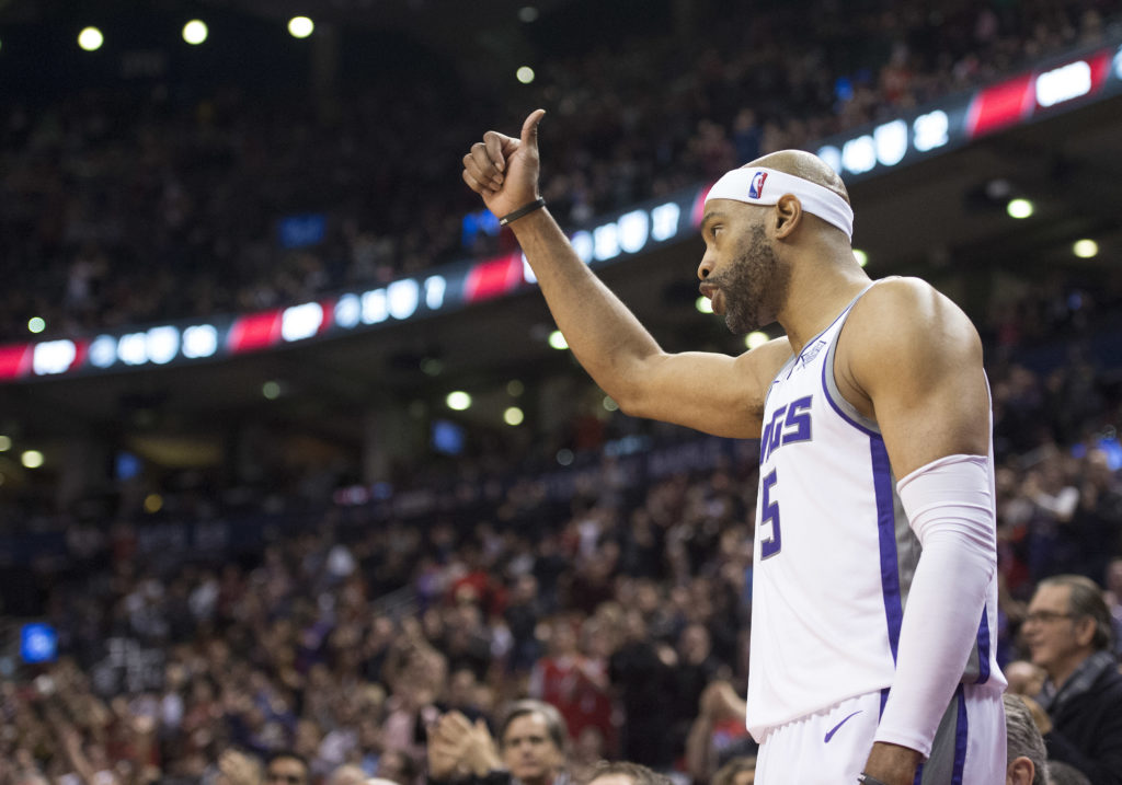 Watch Raptors fans give Vince Carter a standing ovation in Toronto