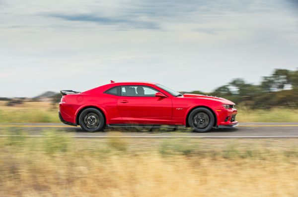 2014-chevrolet-camaro-z28-side-in-motion