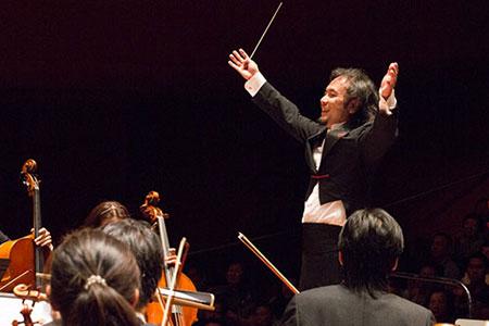 王子承教授指揮氣勢磅礴的讚頌交響樂