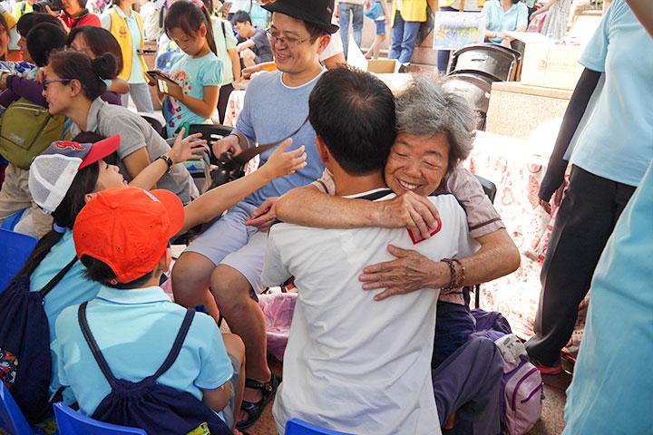 跟媽媽愛的擁抱