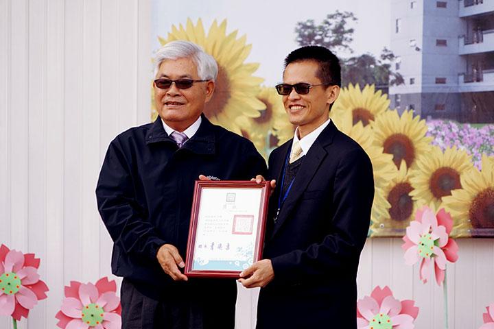 雲林縣長李進勇(左)頒品德特色學校獎,福智國中校長李岳璋(右)領獎