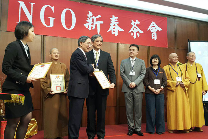 福智社會福利慈善事業基金會執行長賴錫源代表受獎
