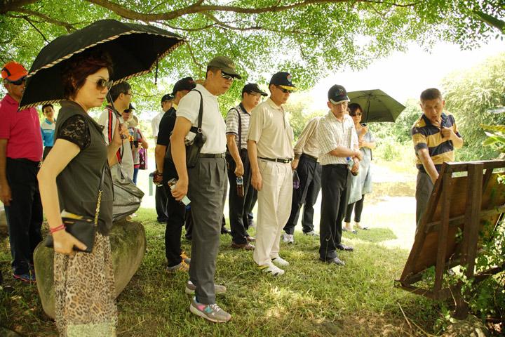 縣府長官們參訪慈心農場的生態淨水池