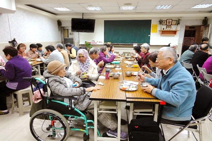 推崇敬老,福智配合臺北市提供社區長者共餐服務