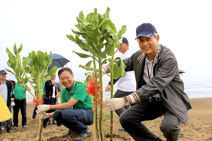 (右起)慈心有機農業發展基金會董事長賴錫源及執行長蘇慕容海岸植樹