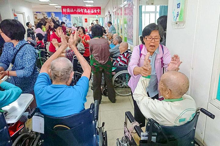 福智慈善基金會關懷員協助榮民伯伯輕鬆作運動