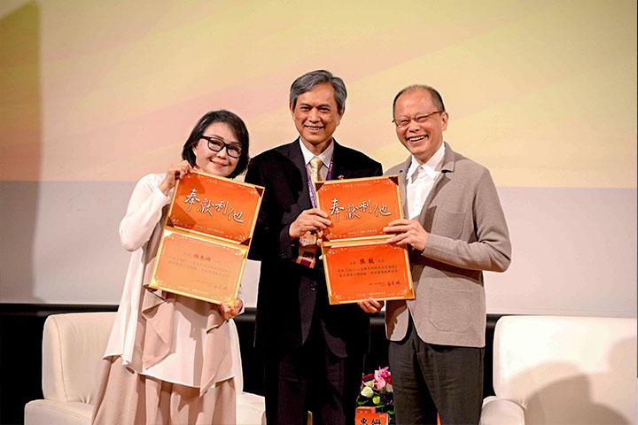 (左起)琉璃工房藝術總監楊惠姍、慈心有機農業發展基金會董事長賴錫源、琉璃工房創辦人張毅