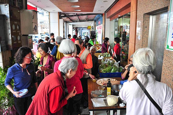 里仁花蓮中華門市十週年慶,舉辦社區感恩回饋活動,吸引民眾參與