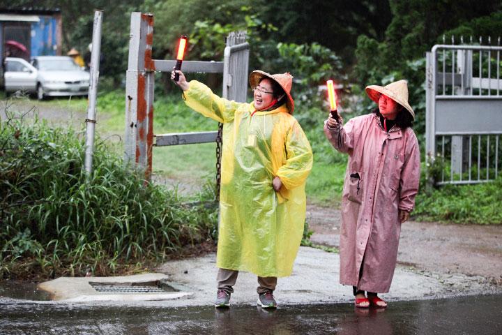 學員與義工不畏寒雨,齊來參加殊勝的法會