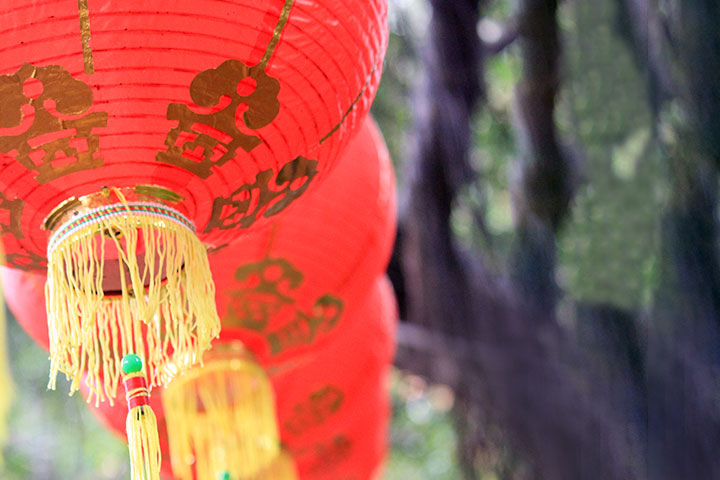 五彩的布幔與紅燈籠