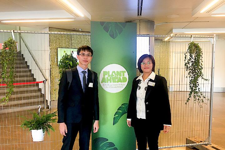 慈心基金會種樹專案總監程禮怡(右)與專員丁玉峰至摩納哥參與「兆樹運動」