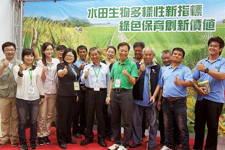 蘇執行長(右四)與花蓮農業改良場合作—水田生物多樣性新指標