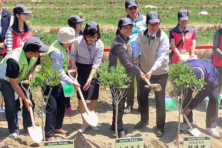 慈心響應「濁水溪造林計畫」,與政府、企業聯手海岸種樹