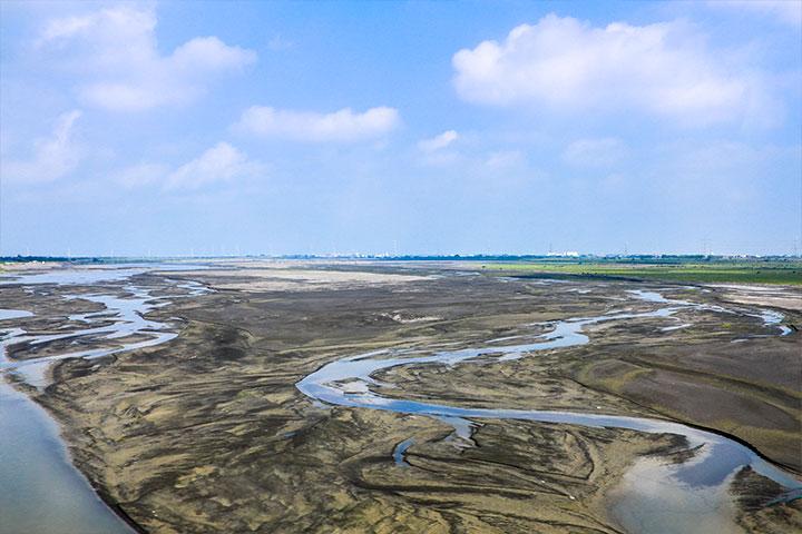 當東北季風遇上濁水溪出海口的沙丘,帶起的風沙揚塵影響居民與環境甚鉅