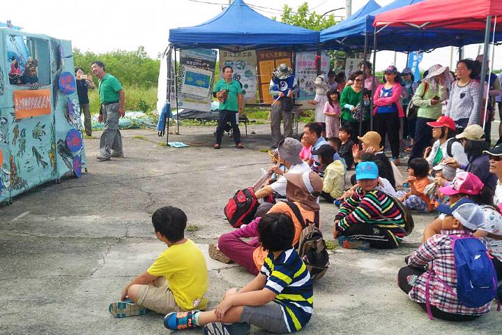 在淨灘現場特別準備布袋戲表演趣味十足,民眾們欣賞的同時也體會到海洋垃圾的危機。