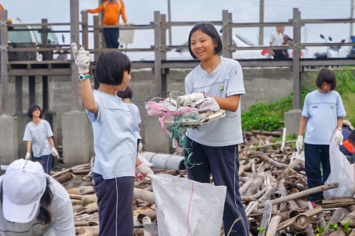 雲林福智國中學生參與台西海岸五條港段淨灘。