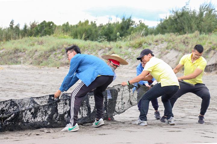 台中塭寮漁港淨灘,民眾清除廢棄的漁網。