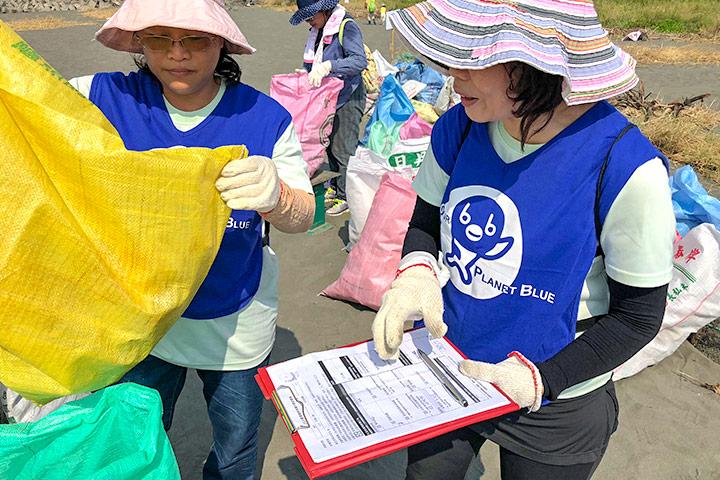 慈心基金會特別使用國際淨灘行動(ICC)紀錄表統計垃圾數量。圖為高雄阿公店溪出海口淨灘。