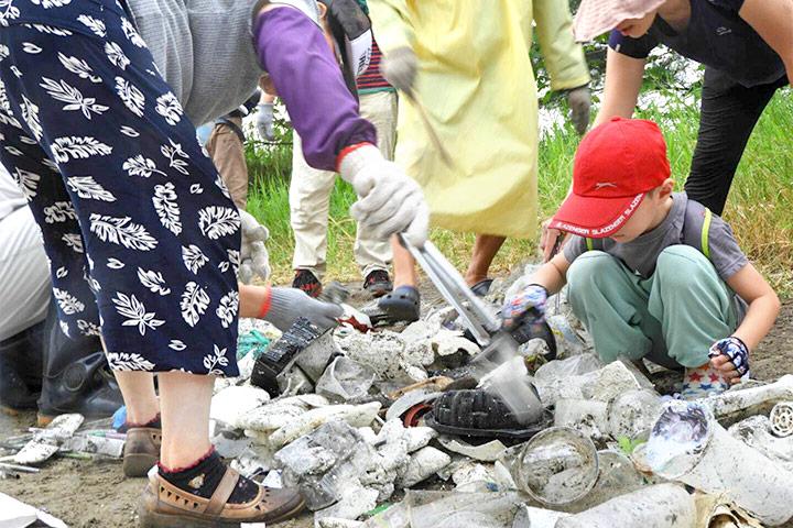 漁業廢棄保麗龍及塑膠飲料杯仍是海洋垃圾的前三名,圖為台南觀夕平台淨灘狀況。