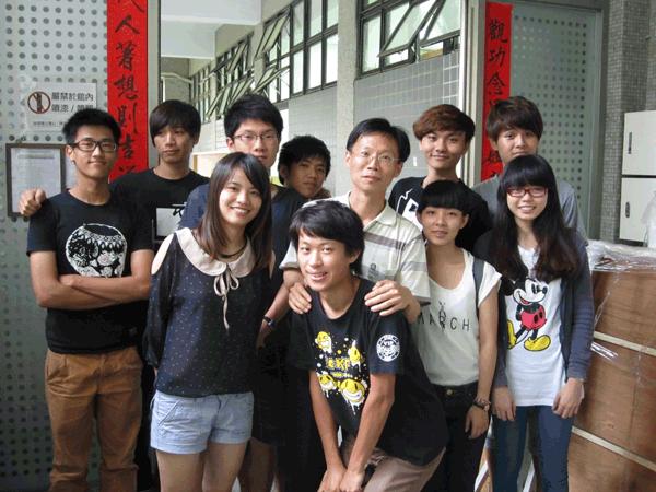 王老師和學生一起合照