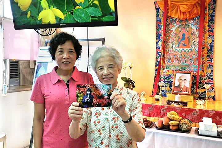(左一)長青廣論班班長寶玉師姐樂當神秘禮物的頒贈者。