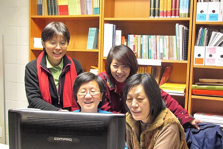 2003 年元宵節——師父生日當天,黃子衿(左二) 與單文娟(右一) 連絡上,二 人皆深刻地感受到是師父的加持。