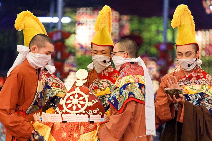 獻上薈供大圍輪的時候,儀軌侍者會披天衣、戴黃帽,並用布摀住嘴巴,以天人的手勢去供養。與會者可觀想自己是供養的天人之一。