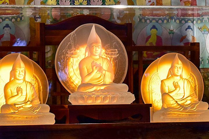 宗喀巴大師與兩位弟子心意相通,人稱父子三尊。宗大師圓寂後,賈曹傑尊者成為第一任甘丹赤巴,克主傑尊者接下第二任甘丹赤巴。