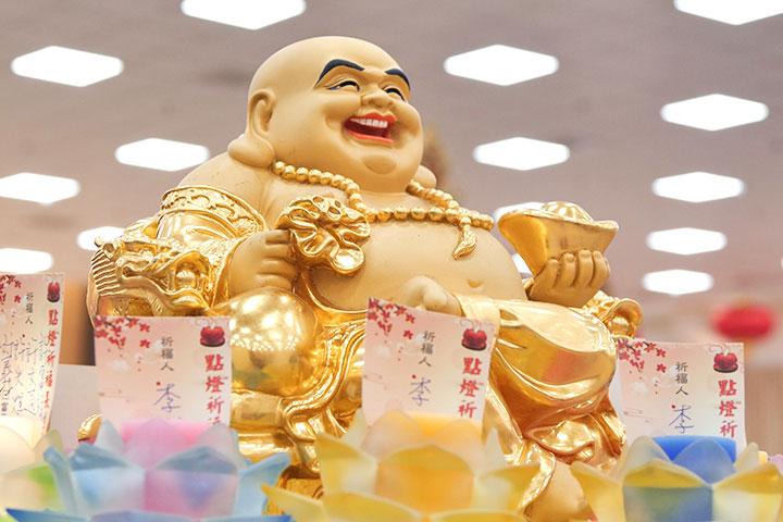 五代十國以後,漢地寺院大多按照「布袋和尚」的形像,將慈尊塑成笑容可掬的大肚比丘。著名對聯:「大肚能容容天下難容之事,開口便笑笑世上可笑之人。」