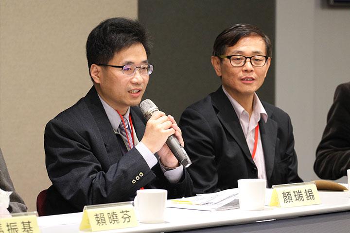 「建構海洋垃圾、混合塑材再利用的產業生態體系」主講人余金龍(右)、與談人環保署廢管處顏瑞錫科長(左)
