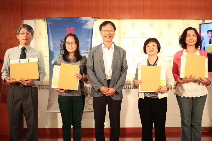 慈心基金會執行長蘇慕容頒發佳作獎狀