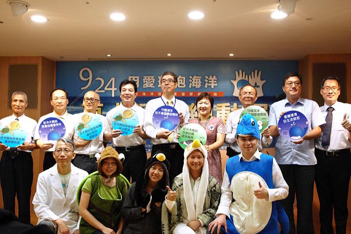 新北市政府環境保護局局長劉和然(後排左4)及福智佛教基金會執行長胡克勤(後排左5)代表,為愛護海洋齊心宣言淨塑行動