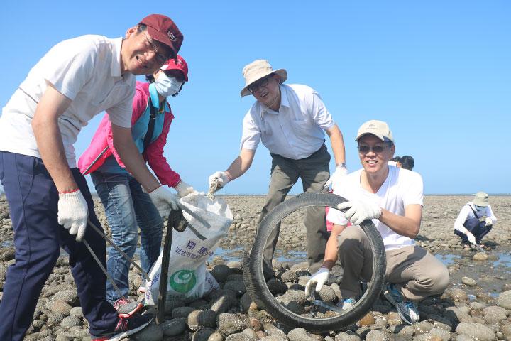 民眾撿到廢棄機車輪胎、塑膠袋等垃圾