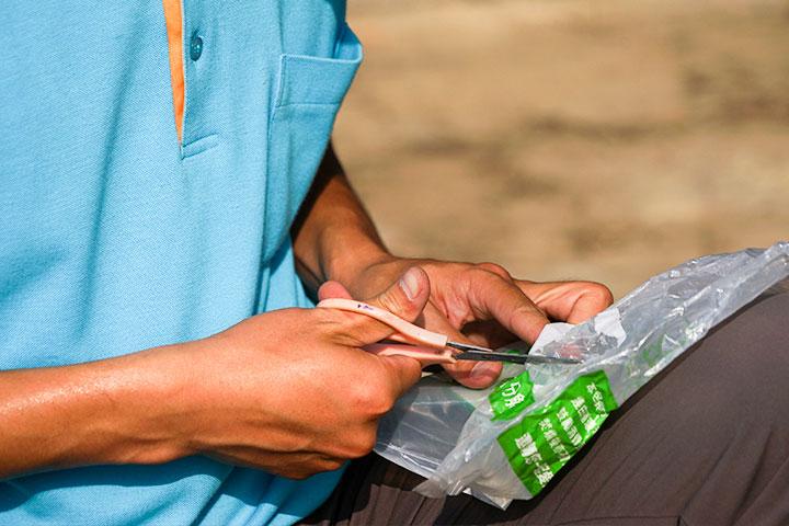 將生物可分解袋上的標籤剪下