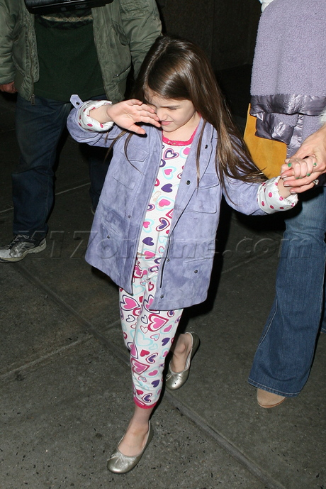 Katie Holmes jeans sweater child suri cruise
