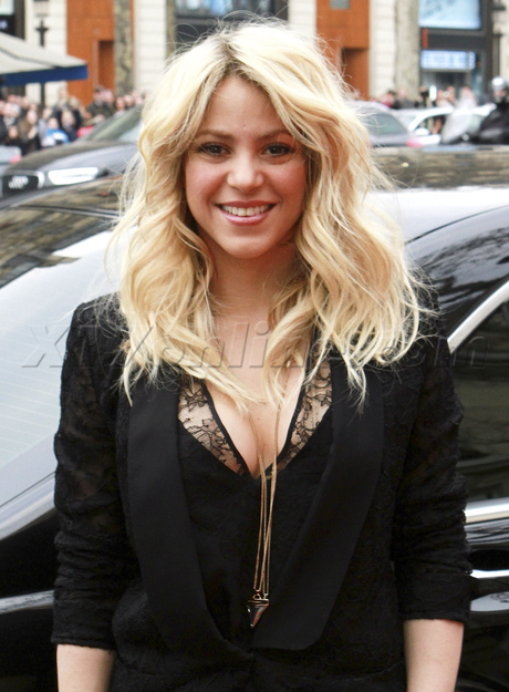 Colombian Celebrities fans singer songwriter black dress Shakira Paris Champs Elysees