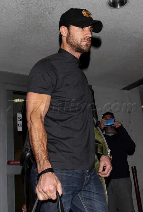Justin Theroux hat arms veins jennifer aniston airport lax muscles