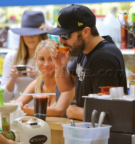 Khloe Kardashian white Starbucks sunhat Khloe Kardashian, Brody Jenner, Bryana Holly The Vitamin Barn Juice Bar