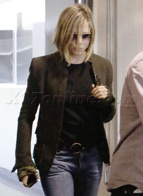 sunglasses boots Jennifer Aniston blonde haircut jeans pregnant Justin Theroux